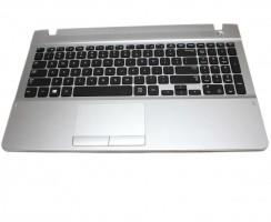 Tastatura Samsung  NP300E5E neagra cu Palmrest argintiu si TouchPad