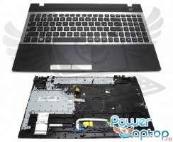 Tastatura Samsung  NP300V5A argintie cu Palmrest negru. Keyboard Samsung  NP300V5A argintie cu Palmrest negru. Tastaturi laptop Samsung  NP300V5A argintie cu Palmrest negru. Tastatura notebook Samsung  NP300V5A argintie cu Palmrest negru