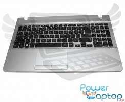 Tastatura Samsung  CN13BA5903270 neagra cu Palmrest argintiu. Keyboard Samsung  CN13BA5903270 neagra cu Palmrest argintiu. Tastaturi laptop Samsung  CN13BA5903270 neagra cu Palmrest argintiu. Tastatura notebook Samsung  CN13BA5903270 neagra cu Palmrest argintiu